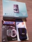 Kartongens innehåll - kamera, väska, minne och... Snickers
