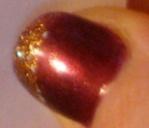Juldekorerad nagel - guldglitter på mörkröd botten