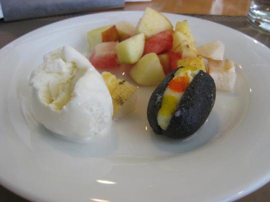 Frukt, indiskt bakverk och vaniljglass